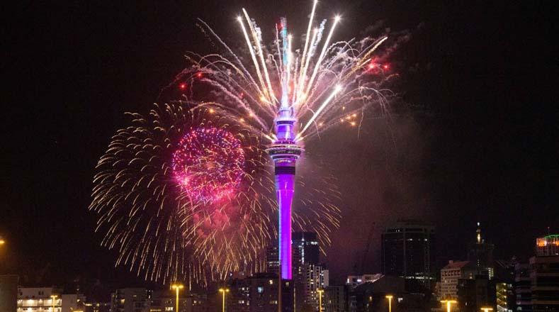 En la ciudad de Auckland, Nueva Zelanda, celebraron la llegada del 2020 con un espectáculo de pirotecnia en el famoso mirador Sky Tower. Foto: https://www.stuff.co