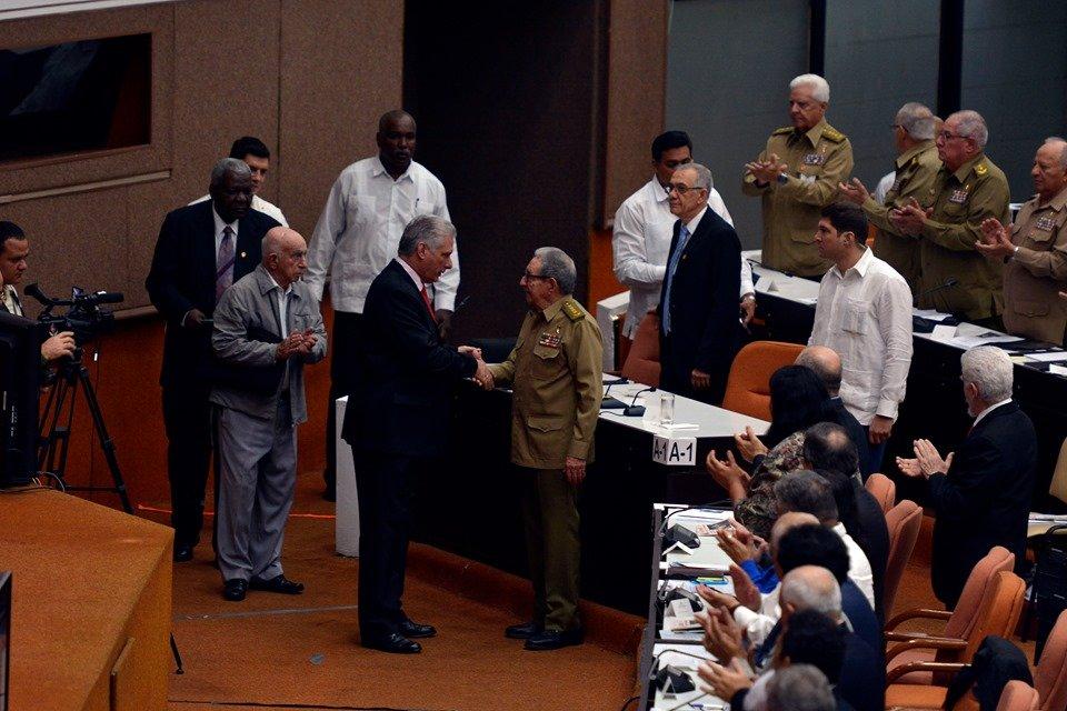 Raúl y Díaz-Canel a su llegada al plenario. (Foto: @PresidenciaCuba)