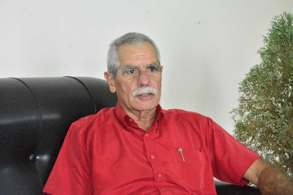Juan Ricardo ha contribuido al desarrollo de la educación en la provincia en el transcurso de sus 50 años de labor. (Foto: Vicente Brito / Escambray)