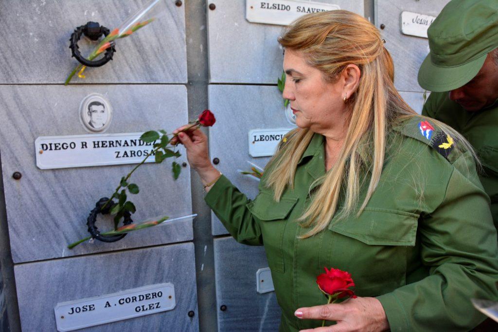 Deivy Pérez Martín, presidenta del Consejo de Defensa Provincial, rindió tributo a los caídos.