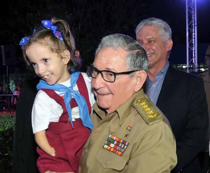 Raúl y Díaz-Canel asistieron a la celebración por los 30 años de la escuela Solidaridad con Panamá. (Foto: Estudios Revolución)