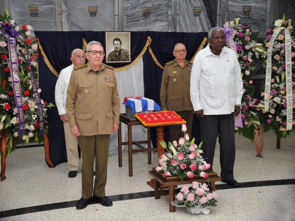 Raúl y otros dirigentes de la Revolución rindieron tributo a Faure Chomón en la Necrópolis de Colón. (Foto. Estudios Revolución)