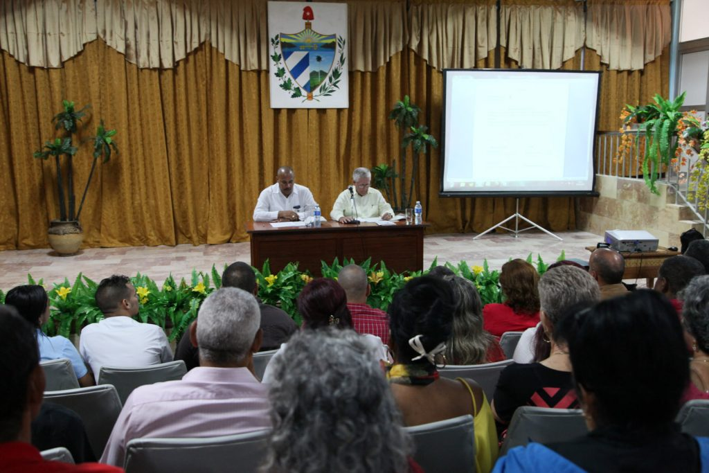 En cada Asamblea, un diputado al Parlamento cubano presentó a los candidatos.