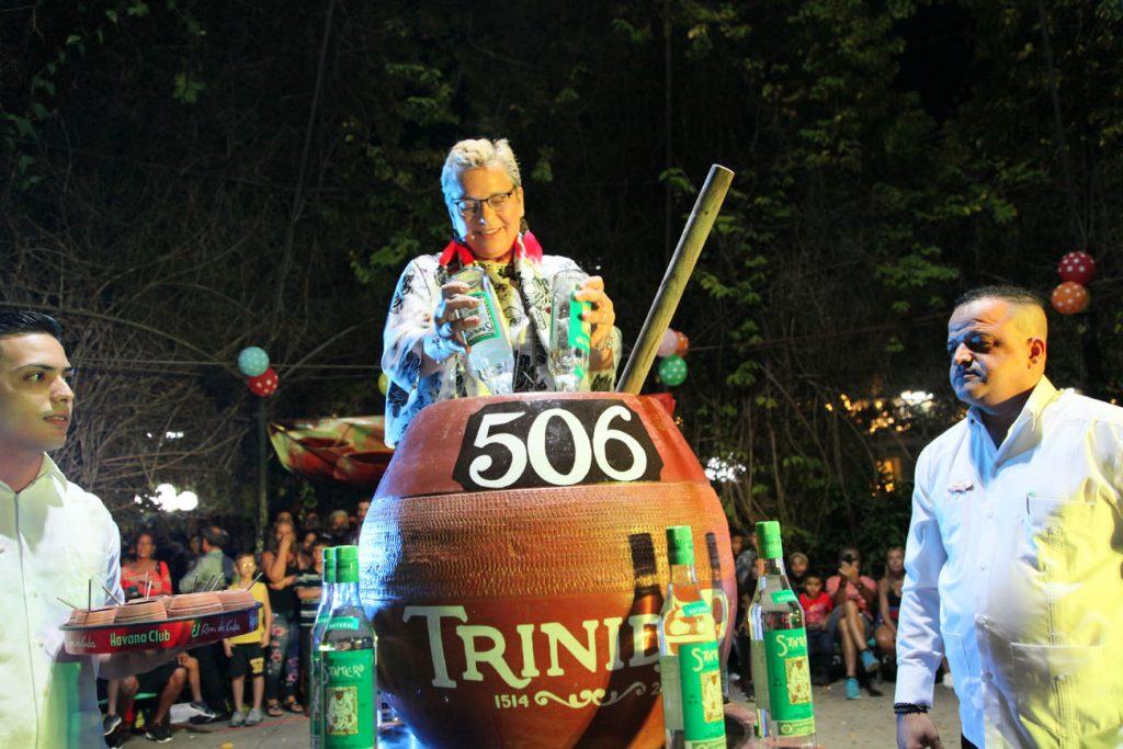 Katherine Müller (C), directora para América Latina y el Caribe de la UNESCO, participó en la elaboración de la canchánchara gigante. (Fotos: Oscar Alfonso)
