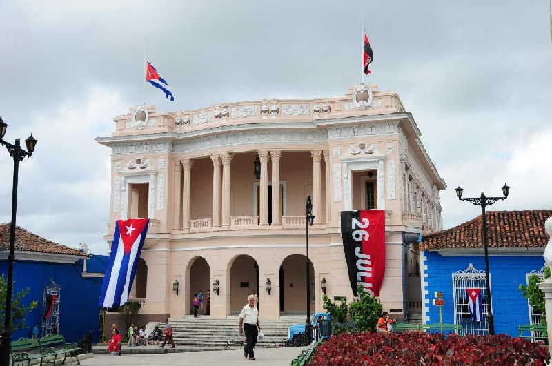 La actual Biblioteca Provincial Rubén Martínez Villena resulta la construcción más lujosa y majestuosa de la urbe del Yayabo. (Fotos: Vicente Brito / Escambray)