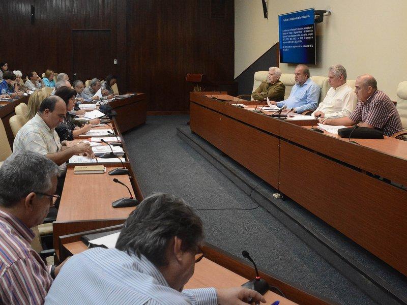 El Presidente cubano indicó aligerar los trámites que deben hacer la población. (Foto: Estudios Revolución)