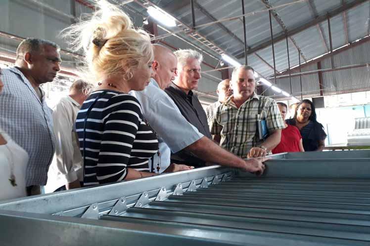 El presidente cubano durante su visita a la Empresa de Estructuras Metálicas en Las Tunas. (Foto: PL)