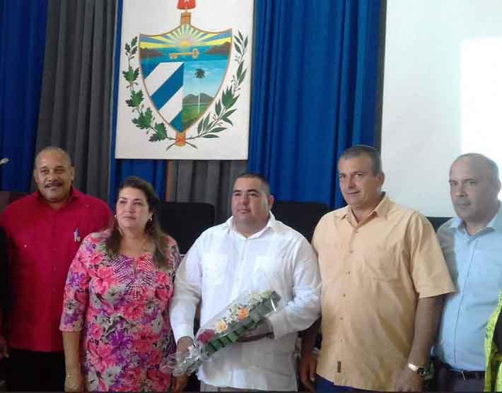 Jaile Rabelo (en el centro) tras su aprobación como Intendente del municipio de Sancti Spíritus. (Foto: Yosdany Morejón)