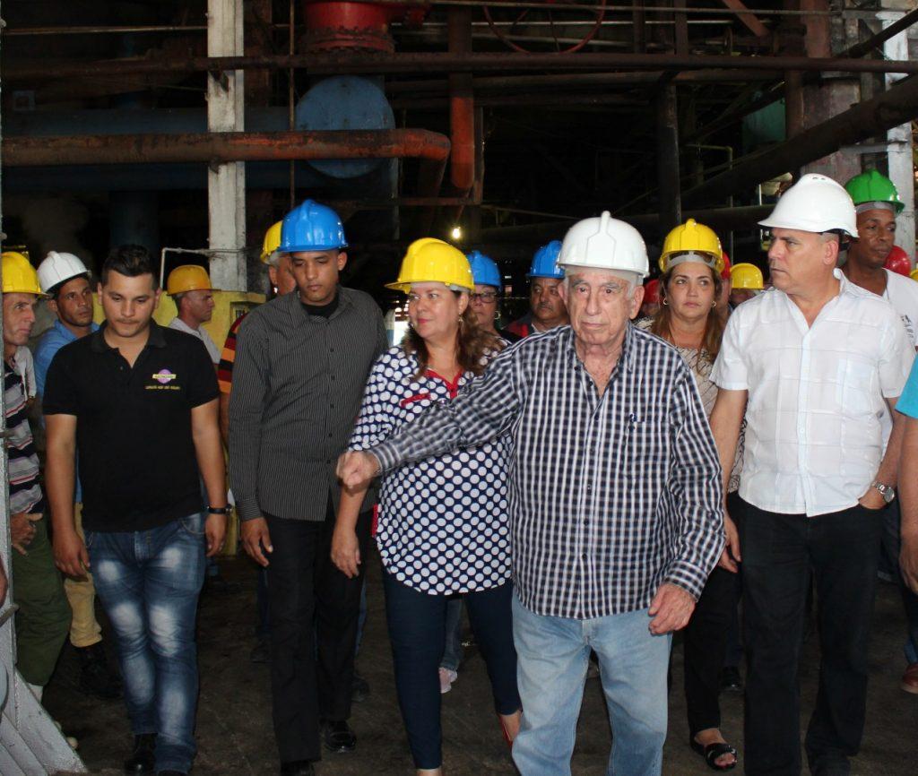 Machado Ventura destacó la importancia de moler de manera estable en toda la campaña. (Fotos: Garal)