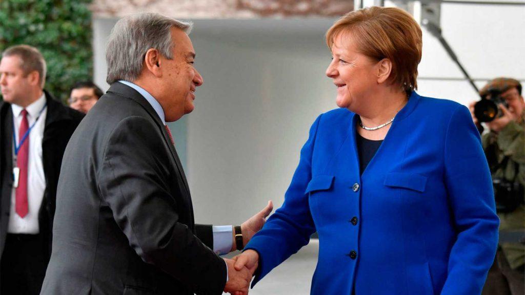 La canciller Angela Merkel recibe a António Guterres, secretario secretario general de la ONU que auspicia la conferencia de paz para Libia. (Foto: AFP)