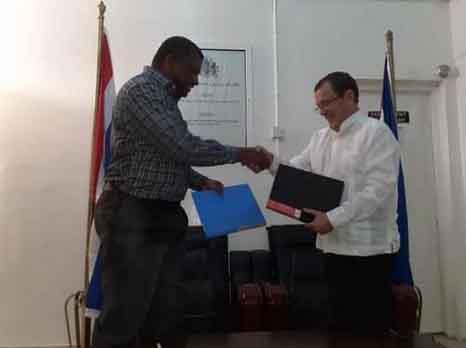 El ministro de Salud gambiano Ahmadou Lamin Samateh, y el embajador cubano en esa nación, Rubén G. Abelenda, rubricaron el convenio. (Foto: Cubaminrex)