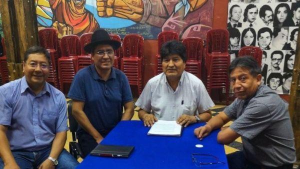 Evo Morales y los precandidatos presidenciales del MAS firmaron un acuerdo por la unidad. (Foto: @evoespueblo)