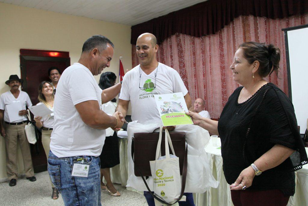 El espirituano Arturo Luis Ychaso Ruiz (I) recibió uno de los premios relevantes del Fórum. (Foto: Oscar Alfonso Sosa)
