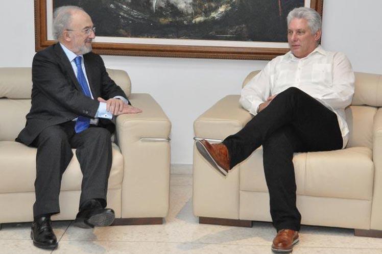 Momento del encuentro del presidente cubano con Santiago Muñoz, titular de la RAE. (Foto: PL)