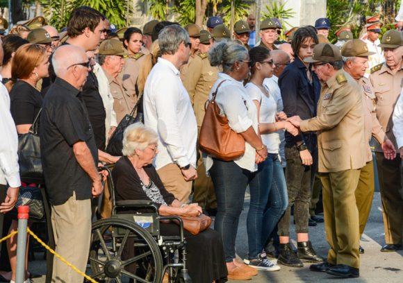 Raúl saludó a familiares y amigos de Efigenio Ameijeiras en el Panteón de los Veteranos. (Foto: ACN)