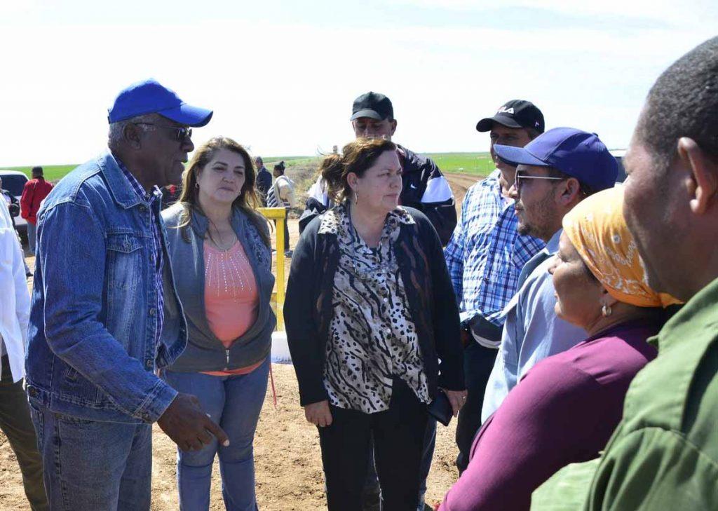 En la UBPC Peralejos, Valdés Mesa e Inés María Chapman se interesaron por la eficiencia del agua y los rendimientos del arroz.