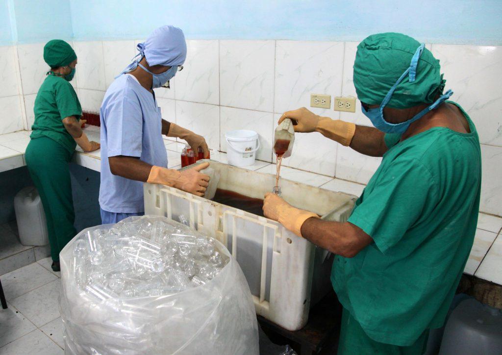 En condiciones totalmente artesanales se producen las formulaciones para prevenir la COVID-19