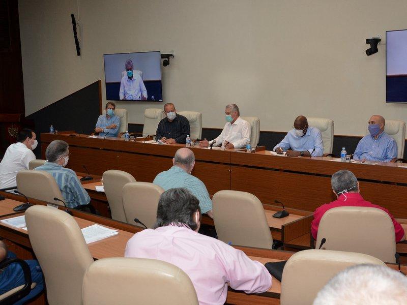 El Presidente de la República y el Primer Ministro encabezaron la reunión que da seguimiento a la situación del nuevo coronavirus en Cuba. (Foto: Estudios Revolución)