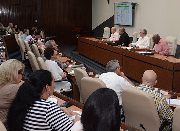 Díaz-Canel presidió la reunión para dar seguimiento a la situación del nuevo Coronavirus en Cuba. (Foto: Estudios Revolución)