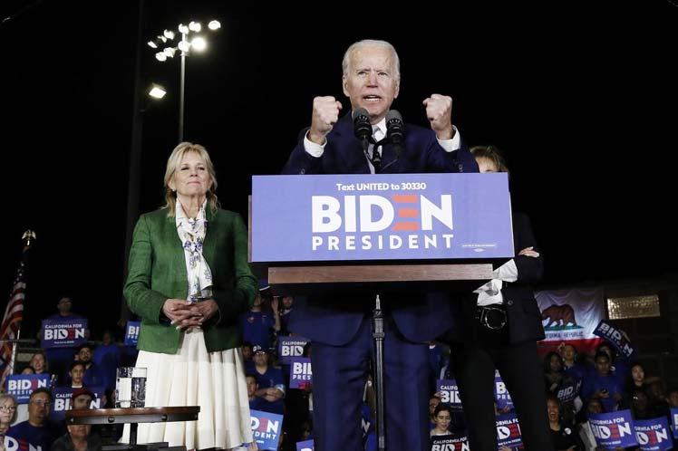 La sugerencia de Biden ocurrió después de protestas en su mitin por la victoria en la jornada del supermartes.