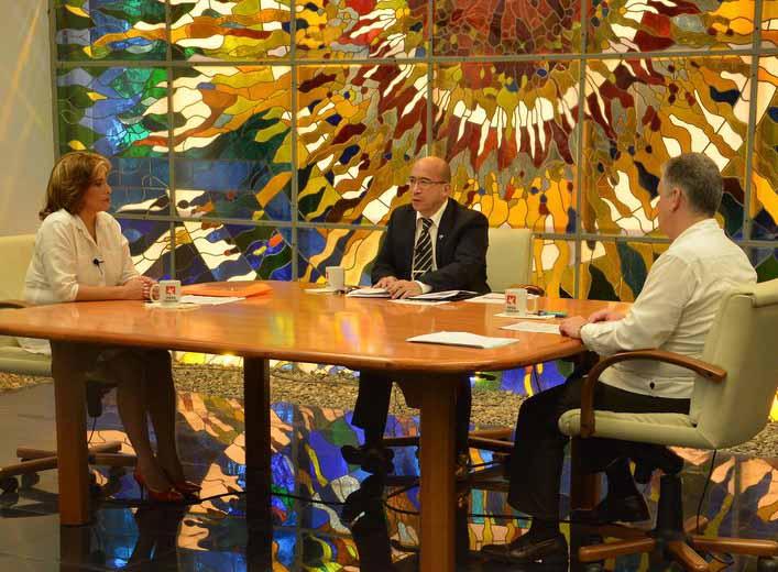 Los ministros de Economía y Planificación, y Comercio Interior participaron en la Mesa Redonda de este viernes. (Foto: Estudios Revolución)