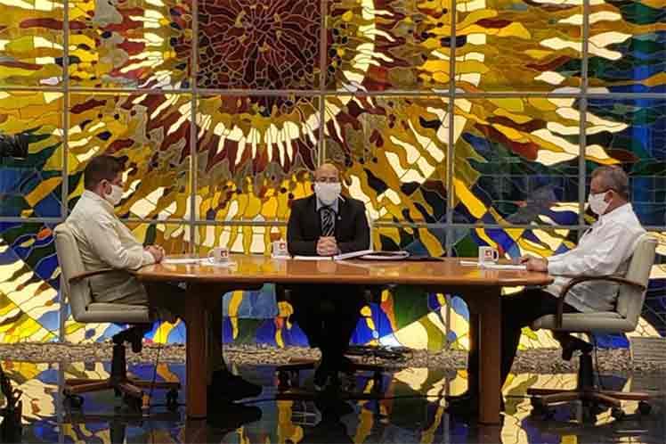 Los ministros de Agricultura y de la  Industria Alimentaria comparecieron este lunes en la Mesa Redonda. (Foto: Twitter @PresidenciaCuba)