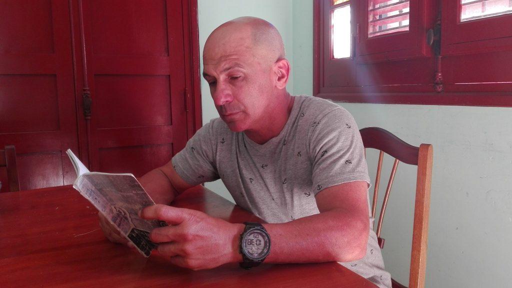 Gustavo Ramos en su texto Lo que fue sagrado se adentra en las esencias del ser humano. (Foto: Lisandra Gómez)