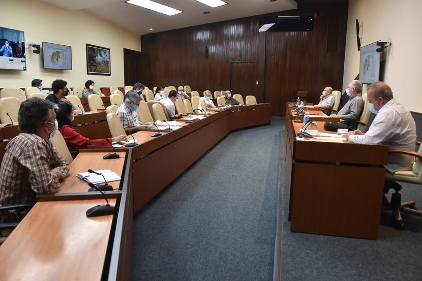 Entre las acciones del día, el presidente cubano incluyó una reunión con expertos de Salud Pública. (Foto: Estudios Revolución)