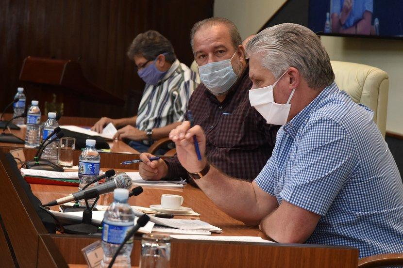Díaz-Canel insistió este sábado en la necesidad de perfeccionar la implementación de las medidas tomadas ante la COVID-19. (Foto: Estudios Revolución)