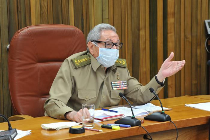 Raúl presidió una reunión que tuvo entre sus puntos de análisis la situación del país ante la COVID-19. Foto: Estudios Revolución.