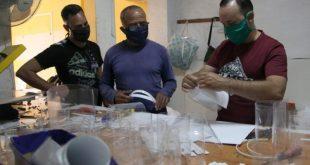 Trabajadores por cuenta propia de Sancti Spíritus, liderados por Didier Acosta García, han fabricado un centenar de máscaras protectoras para donarlas a instituciones sanitarias de la provincia