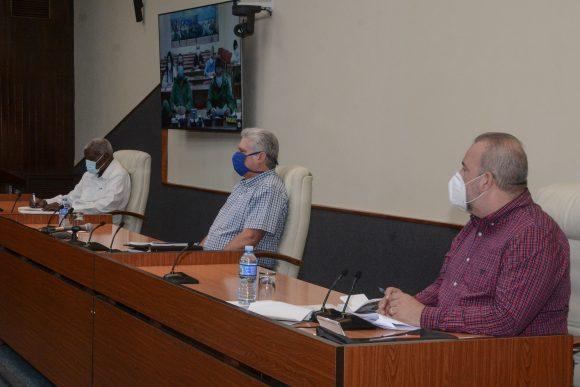 Díaz-Canel encabezó la reunión con el grupo temporal de trabajo para el enfrentamiento al nuevo coronavirus. (Foto: Estudios Revolución)