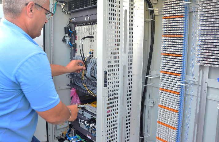 Etecsa labora en la instalación de los gabinetes telefónicos integrales de Materias Primas, Hotel del Partido y Olivos II. (Foto: Vicente Brito / Escambray)