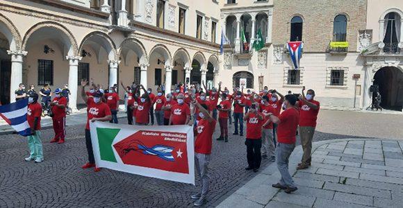 Este sábado en la Plaza del Duomo los colaboradores cubanos recibieron el reconocimiento  de las autoridades de la región. (Foto: Cremaoggi)