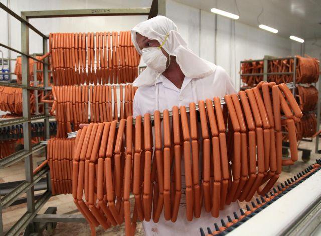 Producciones como el perro caliente se comercializa en la red de tiendas en divisa para la población. (Foto: Oscar Alfonso)
