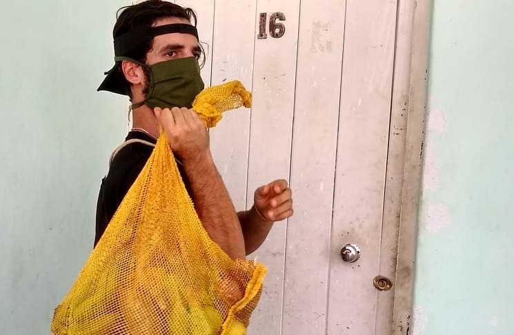 Leandro durante la entrega de alimentos a personas vulnerables en la zona del Camino de La Habana, en Sancti Spíritus. (Fotos: Cortesía del entrevistado)
