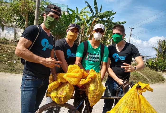 Leandro, a la izquierda, junto a otros jóvenes que pagaron con sus recursos el modulo para los casos más críticos.