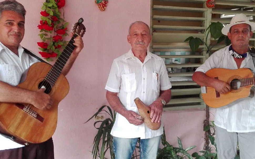 Nicomedes García (izquierda), Julio Toledo (centro) y Roberto Concepción (derecha) musicalizan las décimas dedicadas al contexto actual. (Foto: Lisandra Gómez)