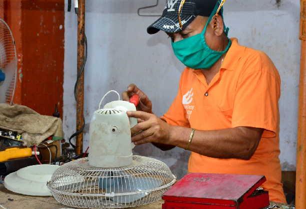Los talleres se mantienen activos a pesar de las medidas de aislamiento social. (Foto: Vicente Brito / Escambray)