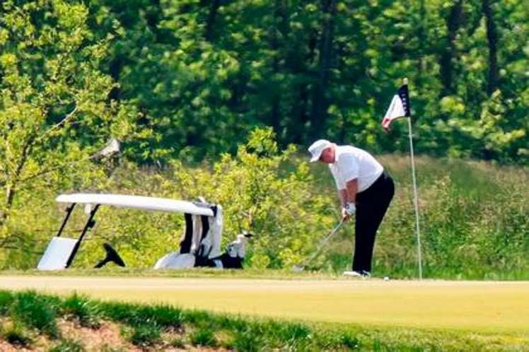 Trump jugaba golf este sábado en su club de Virginia. (Foto: PL)