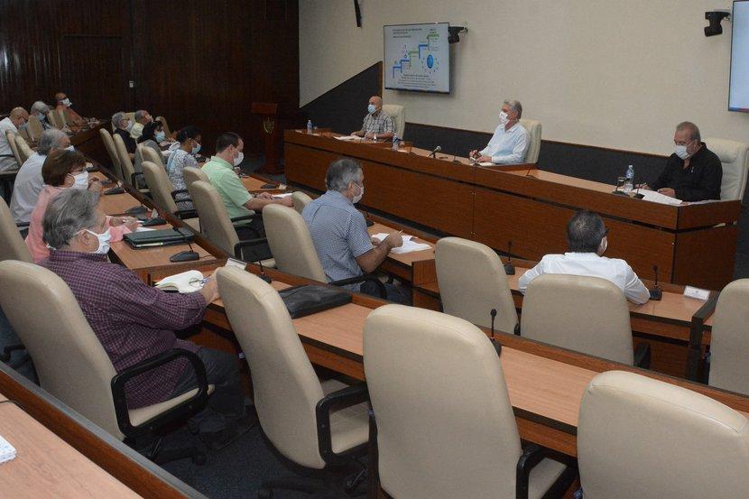 El presidente cubano sostuvo un nuevo intercambio con los científicos y expertos que participan  en el enfrentamiento a la epidemia. (Foto: Estudios Revolución)