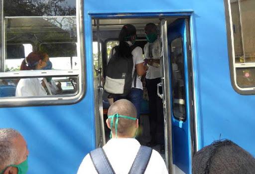 En esta fase se mantiene el apoyo del transporte a la salud. (Foto: Reidel Gallo/ Escambray)