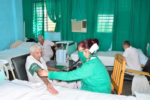 El acompañamiento físico por un psicólogo a los pacientes en todos los centros de aislamiento, figura entre las principales acciones desarrolladas. (Foto: Escambray)