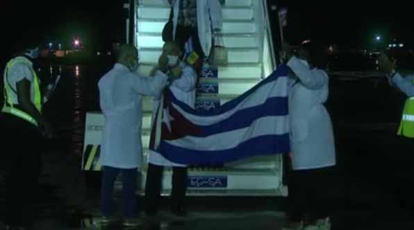 El grupo fue  recibido en el aeropuerto internacional José Martí por representantes del Ministerio de Salud y otras autoridades. (Foto: Captada de la TV)