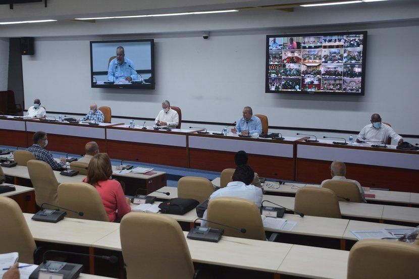 El presidente cubano encabezó una videoconferencia con gobernadores e intendentes a la que concurrieron cuadros y dirigentes a todos los niveles. (Foto: Estudios Revolución)