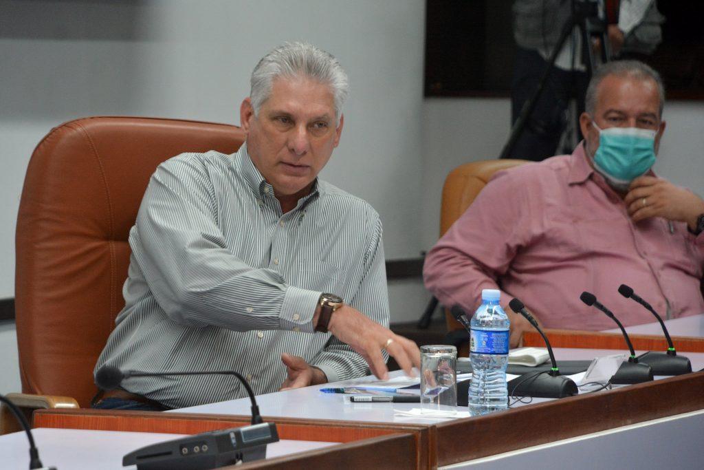 Díaz-Canel y Manuel Marrero encabezaron el encuentro con los científicos y expertos que contribuyen en el Programa de soberanía  alimentaria. (Foto: Estudios Revolución)