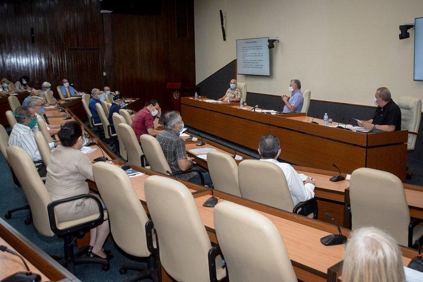 Díaz-Canel alertó que ahora que  estamos en fase de recuperación hay que mantener la disciplina y el  control. (Foto: Estudios Revolución)