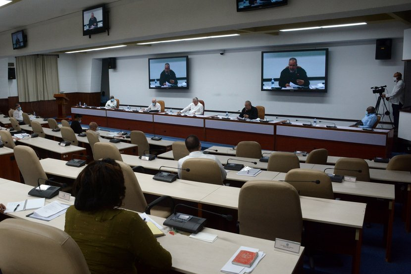 Díaz-Canel insistió en las necesarias transformaciones que deben producirse en los vínculos entre la empresa estatal y las fuerzas productivas. (Foto: Estudios Revolución)