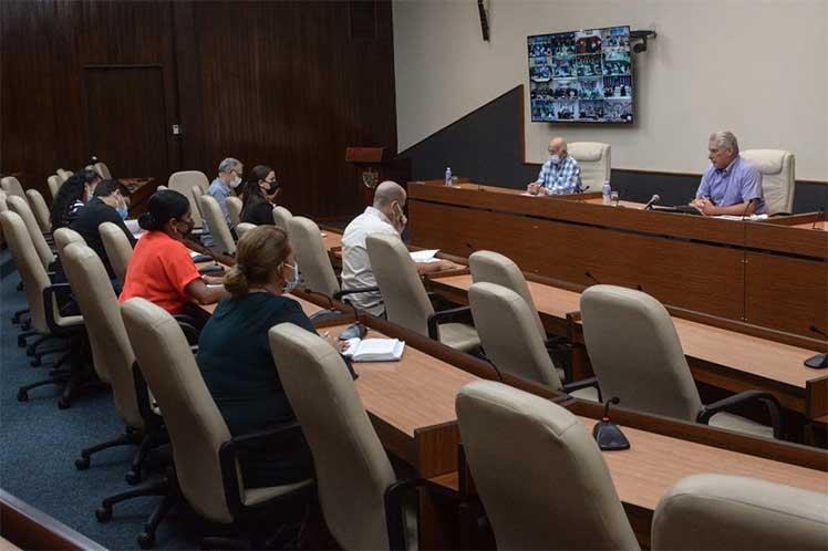 El presidente cubano resaltó la participación voluntaria de los jóvenes en el trabajo en  centros de aislamiento y hospitales. (Foto: www.presidencia.gob.cu)