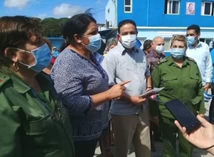 Junto a las autoridades de la provincia, Mercedes López Acea recorrió las instalaciones e intercambió con los trabajadores. (Foto: José L. Camellón / Escambray)